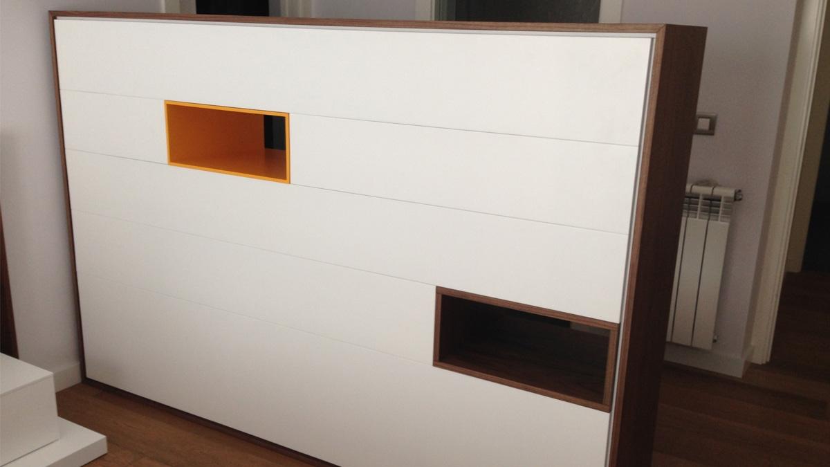Composició de cubs, portes i calaixos de fusta i lacats